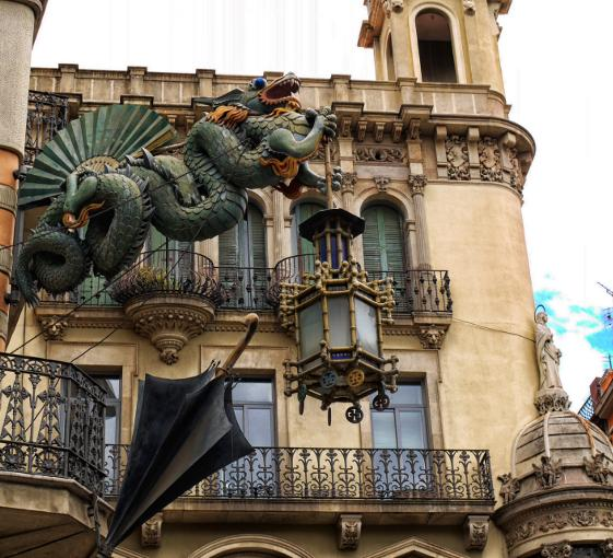 Private family tour about dragons and legends in Barcelona
