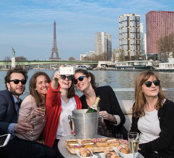 Private boat tour for big groups from the Eiffel Tower or Beaugrenelle in Paris