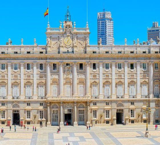 Private walking tour of the royal palace and the old city center of Madrid